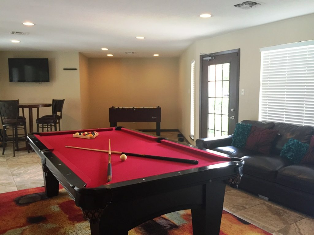 Thevenetianonellaapartmentshoustontexasresidentclubroom - Ella pool table