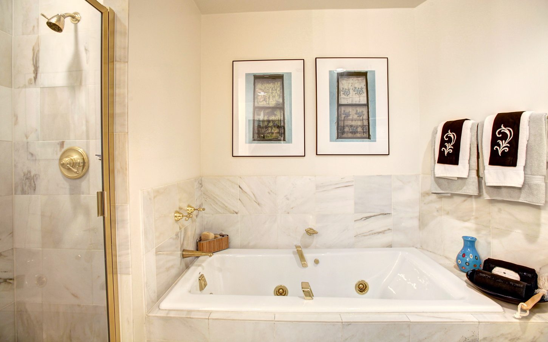 2401-pennsylvania-ave-residences-washington-dc-apartments-bathroom-whirlpool-tub