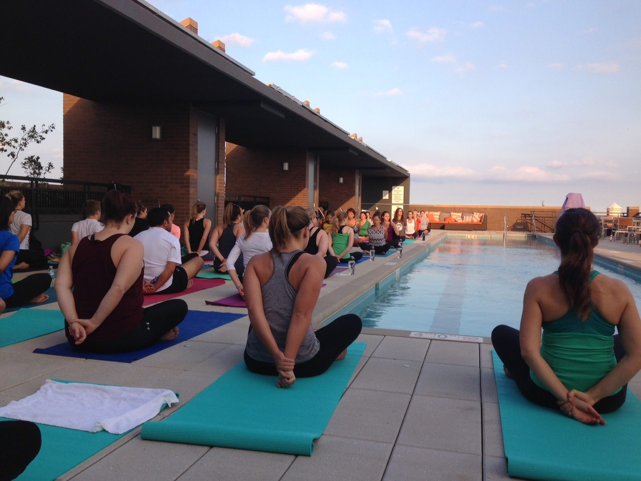 best-apartment-fitness-centers-in-dc-2m-street-apartments-in-noma-rooftop-poolside-yoga